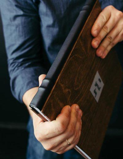 в деревянном оформлении и кожаным торцом