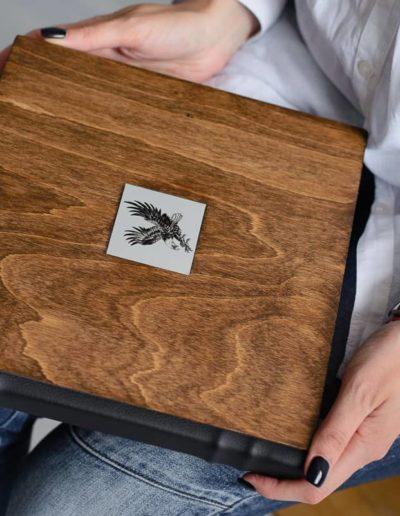 Деревянная обложка дерево и орёл пример