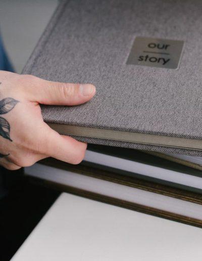Классические альбомы разных цветов в руках