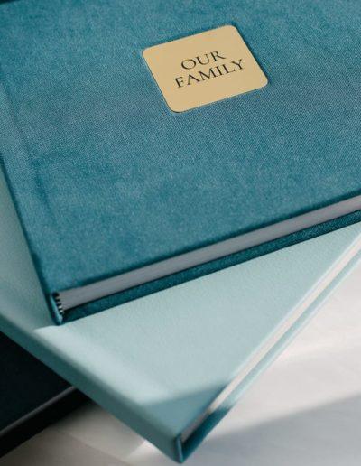 Книги с шильдом двух цветов