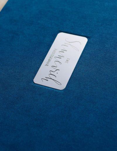 Синий текстиль с металлическим шильдом